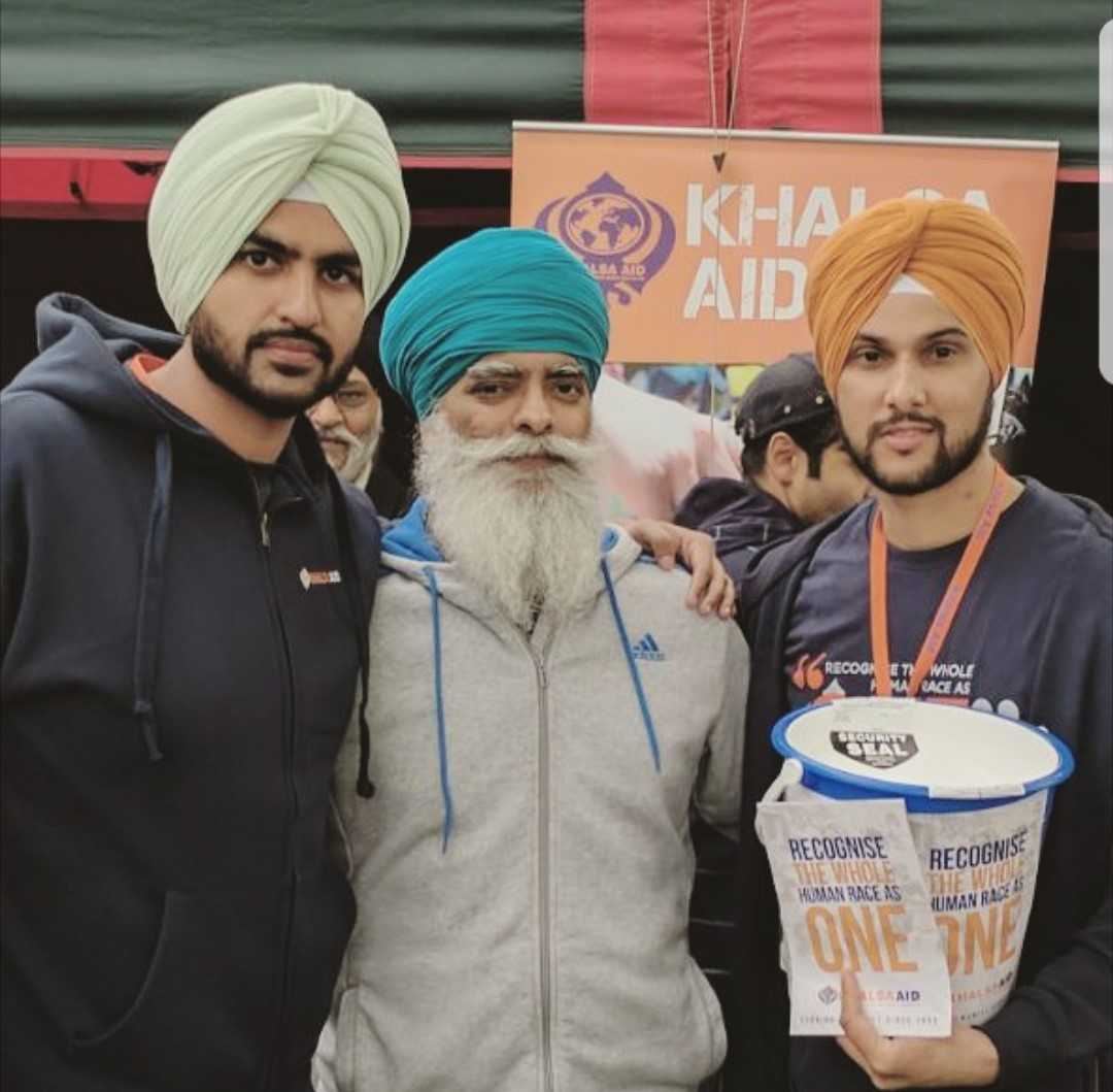 Indy Narwal (left) and Sukhvir Mannan (right), with Ravi Singh, the founder of Khalsa Aid.